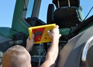 Ovládací modul k automatické regulaci secí dávky dle rychlosti a zdvihu