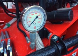 Přenos váhy na krajní sekce pomocí hydraulického přítlaku.